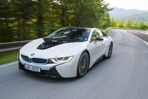 Hybrid ponúka oproti klasickému BMW iný druh zážitku. Auto je v zákrutách neutrálne až nedotáčavé.