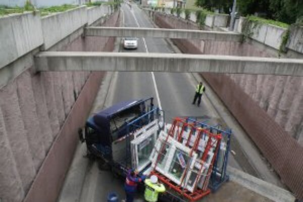 Nehoda v cestnom podjazde v Prievidzi.