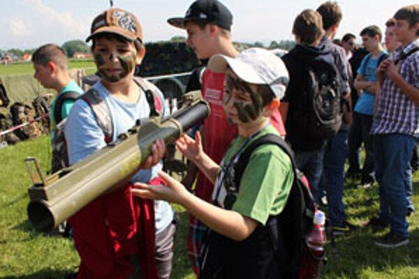 Tentoraz sa deti mohli niektorých zbraní dotýkať.