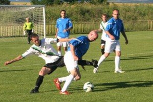 Momentka zo zápasu Kanianka - FC Baník Horná Nitra.