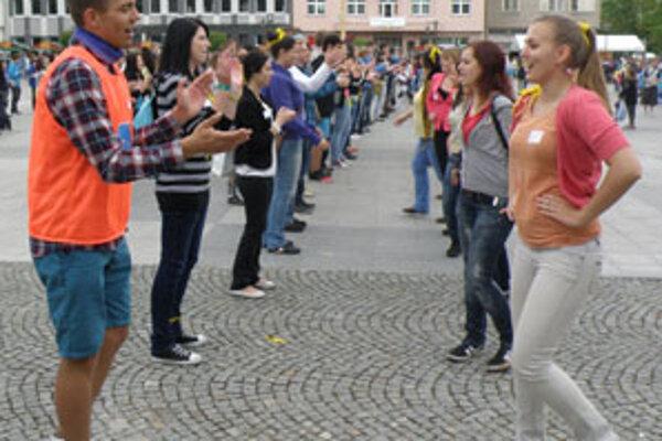 Kalamajku vlani tancovali predovšetkým mladí ľudia, nechýbali však ani seniori či deti.