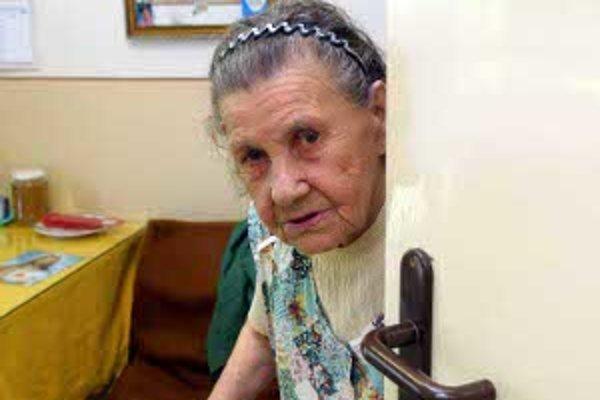 Neznámym ľuďom by seniori dvere otvárať nemali.