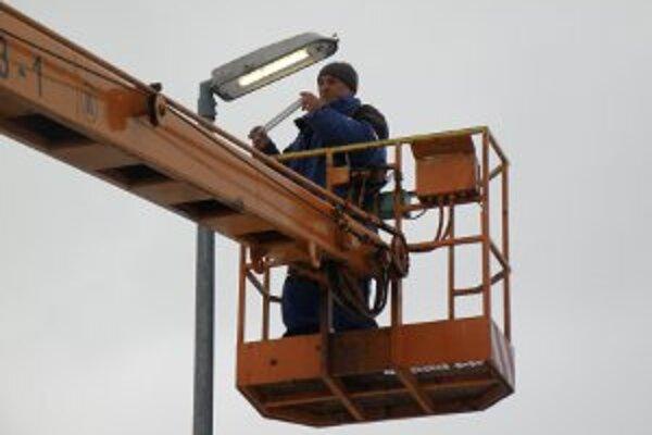 Unipa robí opravy osvetlenia denne na základe hlásení od ľudí.