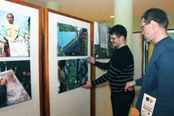 Riaditeľ festivalu a predseda občianskeho združenia Berkat Ivan Sýkora (vpravo) a jeho syn Matej pri inštalovaní výstavy fotografií  Tisíc životov.