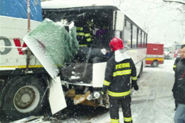 Pri Vyšehradnom sa zrazil autobus s nákladným autom.