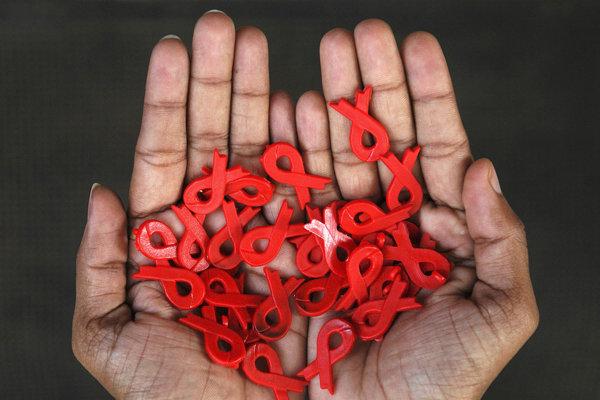 Červená stuha - symbol Svetového dňa boja proti AIDS.