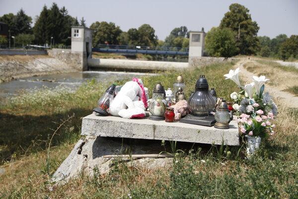 Šachta na brehu rieky, do ktorej sa prepadla Vaneska.