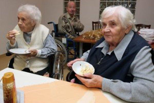 Na umiestnenie do domovov musia dôchodcovia čakať.