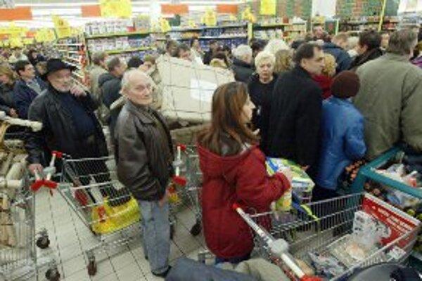 V preplnených obchodoch cítia zlodeji príležitosť.