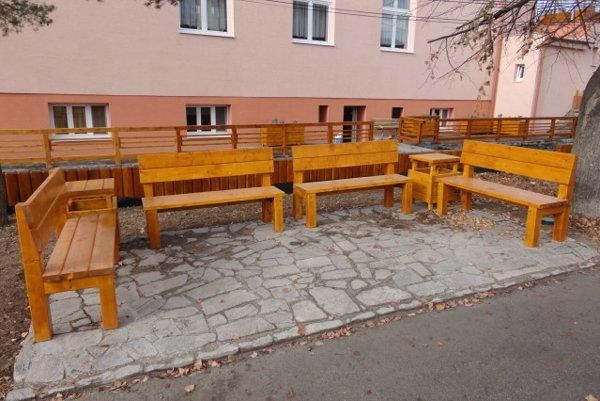 Nové lavičky pribudli v obci po povodniach spolu s kameňom vydláždenými chodníkmi.