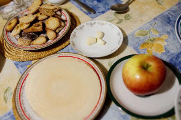 Na stole by nemali chýbať oblátky, cesnak či jablko.
