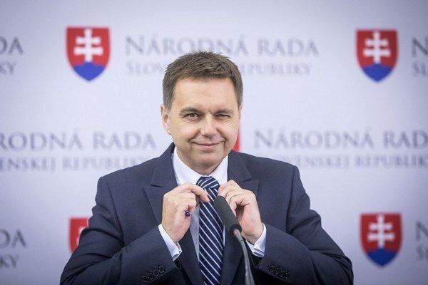Minister financií Peter Kažimír zo Smeru (vpravo) je spokojný. Kolegovia mu návrh rozpočtu odhlasovali.