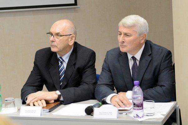 Vľavo predseda NKÚ SR Karol Mitrík a vpravo podpredseda NKÚ SR Vladimír Tóth.