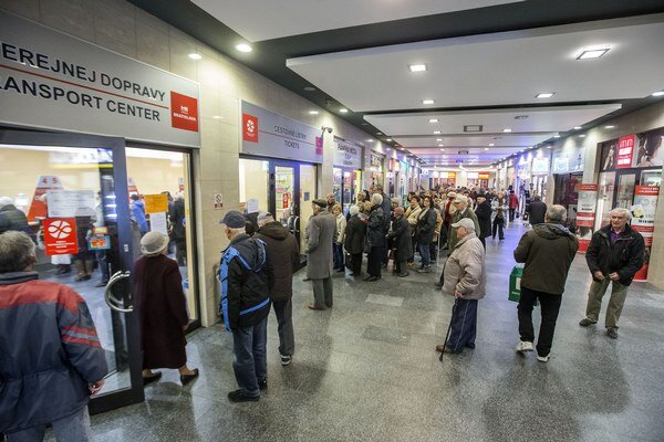 Rady ľudí čakajúcich na nové lístky po zavedení integrovanej dopravy v Bratislave.