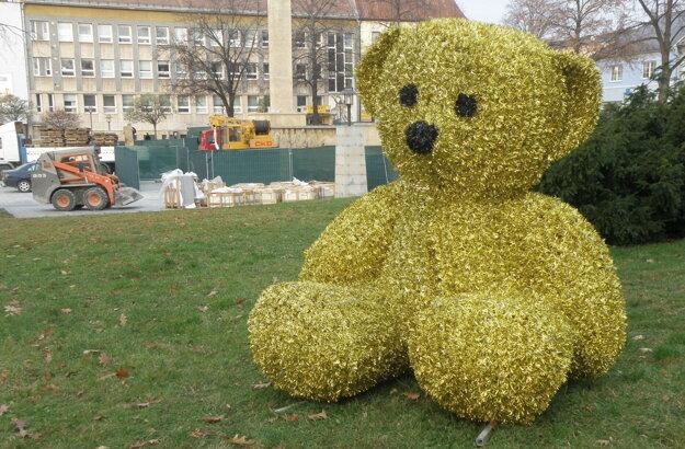 Medveď v centre Prievidze poteší hlavne deti