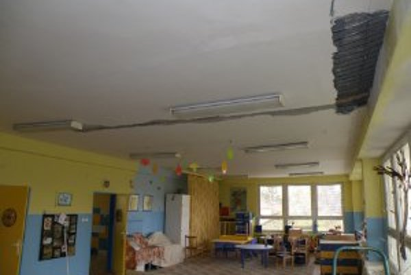 Pre narušenú statiku strechy spadla v jednej z tried materskej školy na Ulici Závodníka časť stropu.