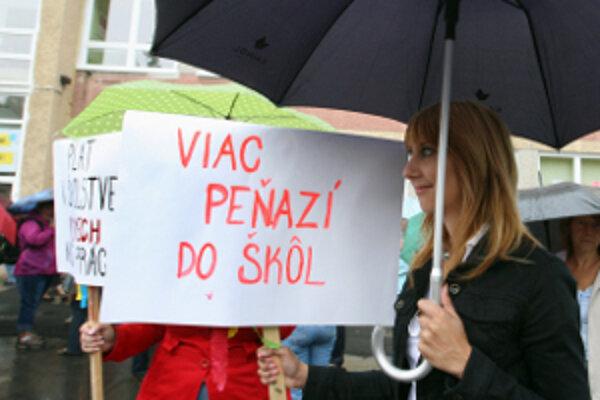Učitelia chcú o desať percent vyššie mzdy.