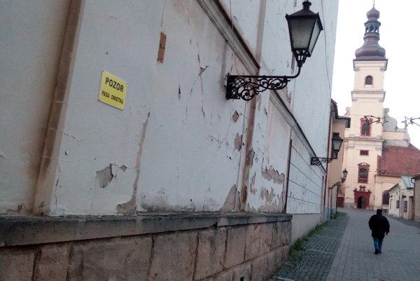 Omietka z divadlá opadáva najmä  na bočnej stene.