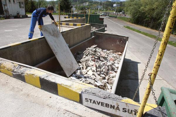 Po novom za odovzdanie stavebného odpadu v zberných dvoroch budú ľudia platiť.
