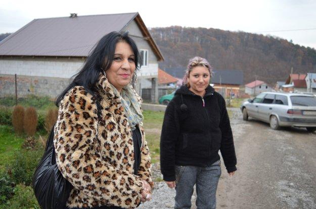 Nová ulica v osade, v popredí terénna sociálna pracovníčka Gabika.