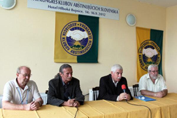 Abstinenti sa stretli v Hlbokom nad Bojnicami.