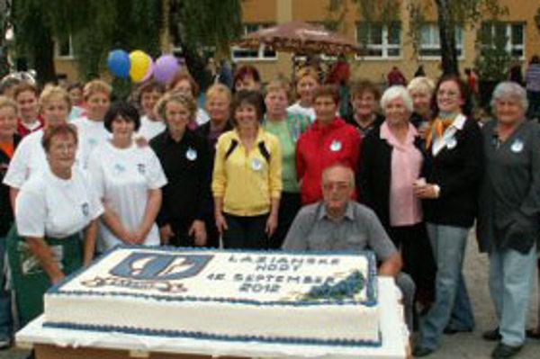 Na výrobe obrovskej torty sa podieľalo tridsať ľudí.