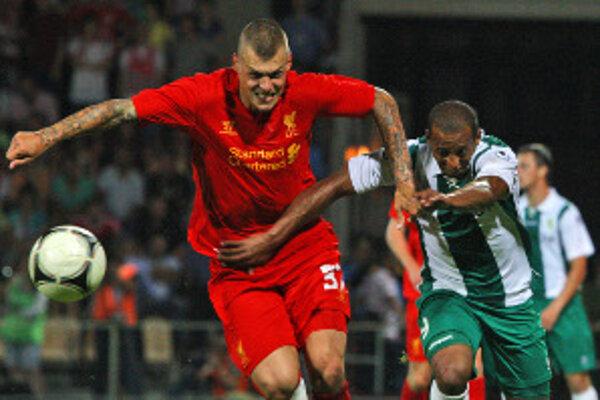 Martin Škrtel (v popredí) v súboji o loptu s Alexandrom Aluhonom z FC Gomeľ počas prvého zápasu 3. predkola Európskej ligy.