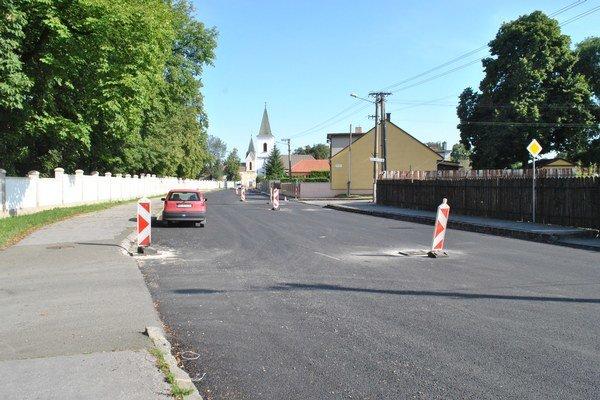 Ulica, kde býva Raši. Dnes sa má asfaltovať.