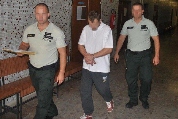 Jaroslav na súde, keď mal rozhodovať o väzbe. Ešte netuší, že sudkyňa ho pustí na slobodu.