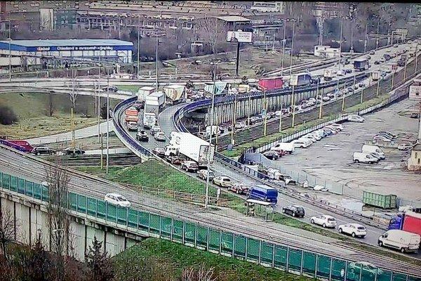 Paralyzovaná doprava. Pre most VSS je to typický jav.