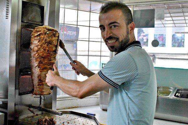 Nie je imigrantom. Do Košíc prišiel za svojou láskou amá tu dve deti. Na Komenského ulici predáva najlepší kebab vmeste.