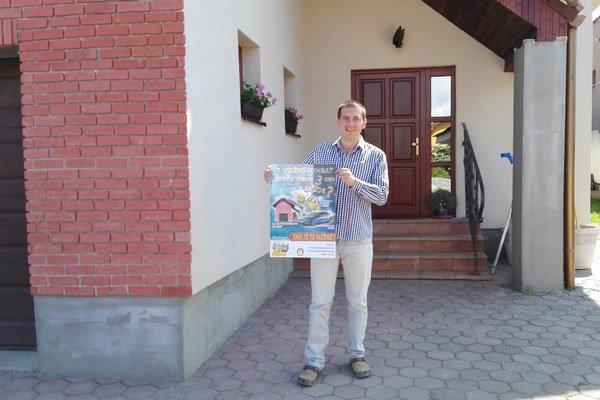 Martin Krajňák pred domom. Nápad predaja rodinného domu sa Tiposu nepozdáva.