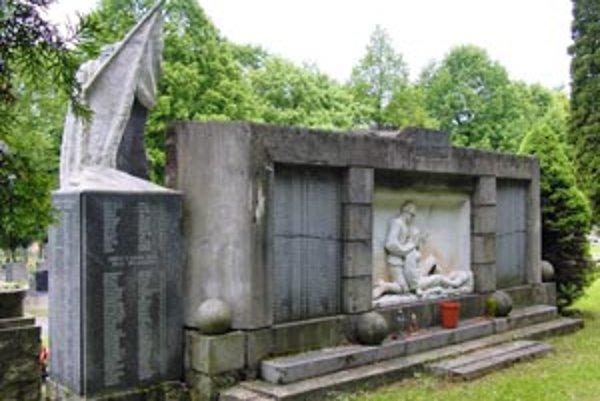Pamätník na handlovskom cintoríne potrebuje opravu.