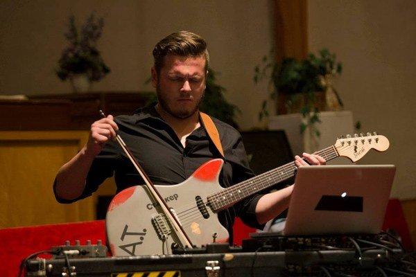 Na scéne. S gitarou dokáže neuveriteľné veci.