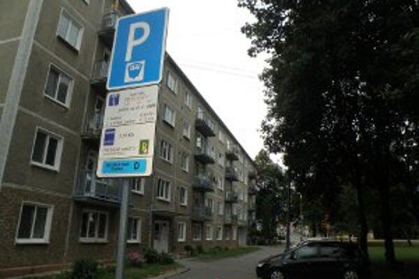 Dlhodobejšie návštevy možno budú za parkovanie v centre Prievidze platiť menej.