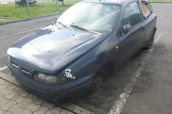 Jedno z nepojazdných áut.