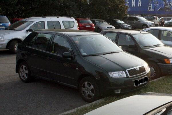 Kým auto zaparkujete, dobre ho skontrolujte.