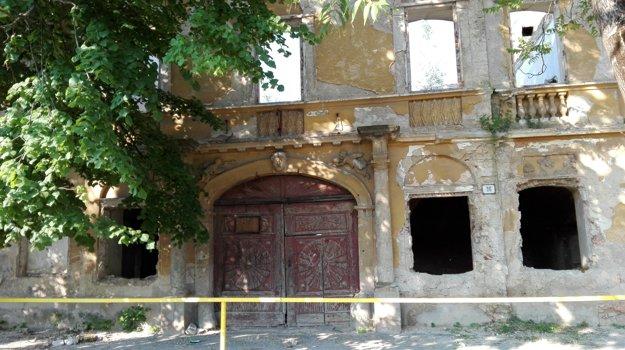 Predná časť. Vstupná brána si ako-tak zachovala svoju pôvodnú podobu.