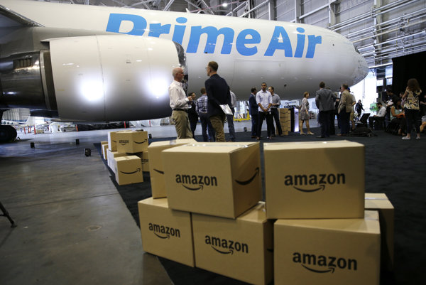 Balíky Amazonu pri lietadle Boeing 767-300.