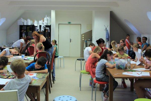 Deti počas výtvarnej dielne.