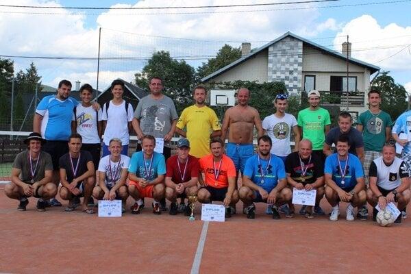 Fotografia na pamiatku. Účastníci turnaja vBelej nad Cirochou.
