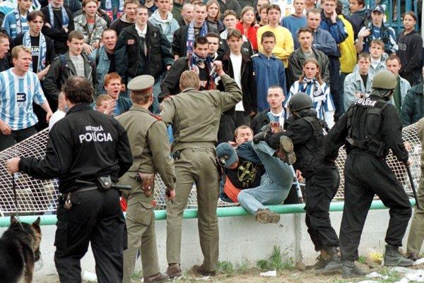 Zásah polície v tábore fanúšikov Slovana po demolácii plotu.