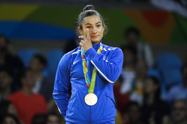 Kosovská džudistka vybojovala historicky prvú zlatú olympijskú medailu svojej krajiny.