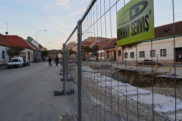 Centrum Modry bude neprejazdné minimálne do konca novembra.