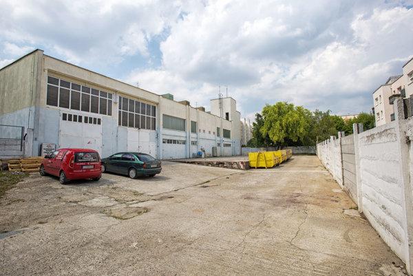 Spevnené plochy na sídliskách by sa mohli  zmeniť na parkoviská.