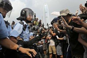 Protesty v Hongkongu ukončila polícia. Demonštranti preto zvažujú, ako sa dostať z krajiny.