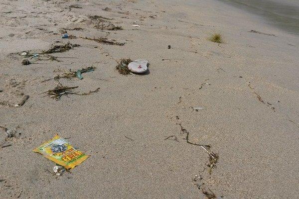 Indonézske pláže špatia odpadky.