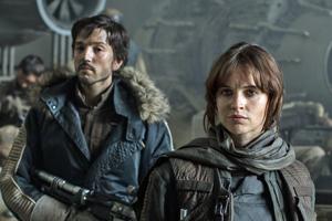 Felicity Jones ako rebelka Jyn Erso a kapitán Cassian Andor v podaní Diega Lunu.