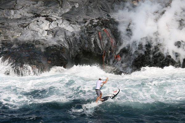 Surfer C. J. Kanuha sa dostal nav roku 2008 asi šesť metrov k žeravej láve havajskej sopky Kilauea.