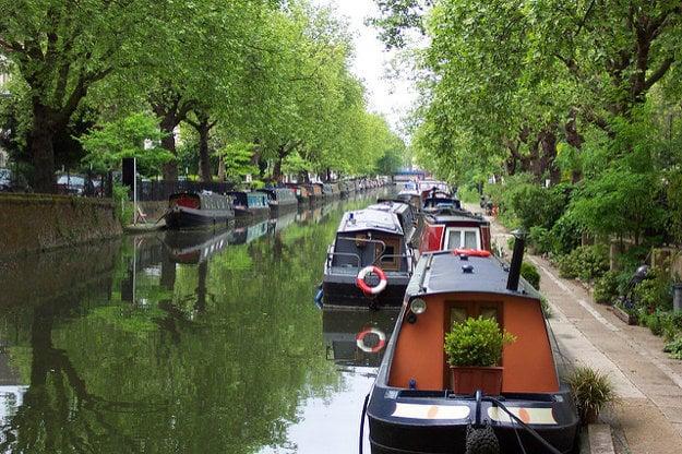 Na vodných kanáloch kotvia hausbóty aj výletné člny .